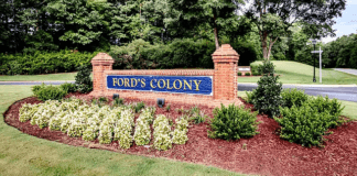 williamsburg-virginia-fords-colony-entrance-sign